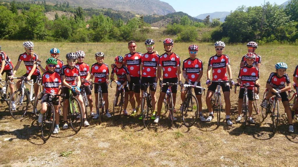 """Photo de groupe avec les minimes et féminines lors de la première journée """"jeunes cyclistes""""."""