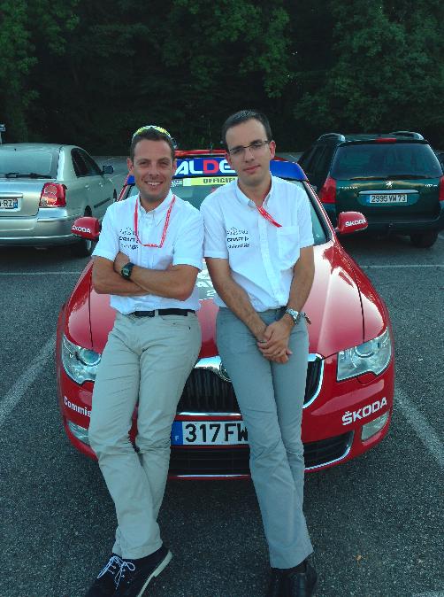 Mickaël et son chauffeur posant devant leur voiture du Tour de l'Avenir 2014.